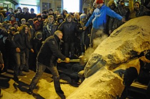 Statue of Lenin toppled in Kiev